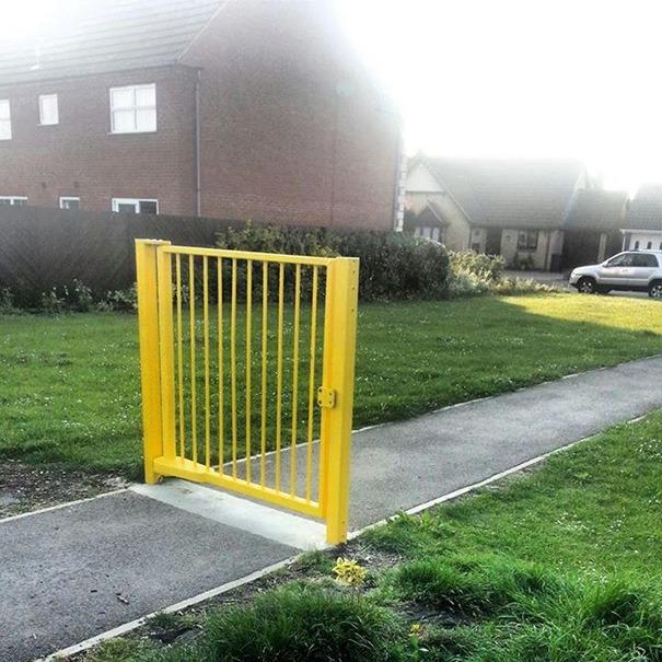 useless-gate.jpg.16708743218504c83042c99813405da2.jpg